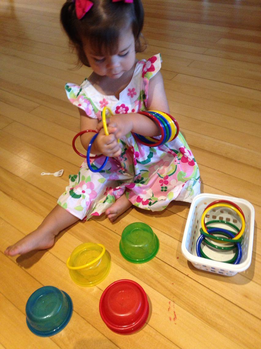 Era pra colocar as argolas nos potinhos...  Mas, ela resolveu fazer do jeito dela....  Atividade montessoriana