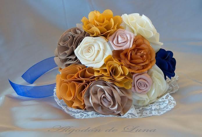 Bouquet de flores de tela, envuelto entre puntillas, con pequeñas rosas palo de pitimini, con tonos tierras, marrones y anaranjados entre pellizcos en beige, con un despute de luz en azul.Por siempre jamás a vuestro lado algodondeluna@gmail.com o 606619349