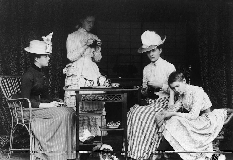 IlPost - Tè vittoriano - Un gruppo di donne prende il tè durante una festa vittoriana in Inghilterra, verso il 1895.  (Hulton Archive/Getty Images)