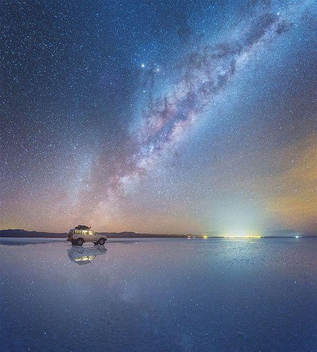 De Russische fotograaf Daniel Kordan is een landschapsfotograaf die de hele wereld over reist op zoek naar magische momenten om vast te leggen met zijn camera. In 2016 reisde hij onder andere naar Salar de Uyuni. Op deze plek wist Kordan de Melkweg v