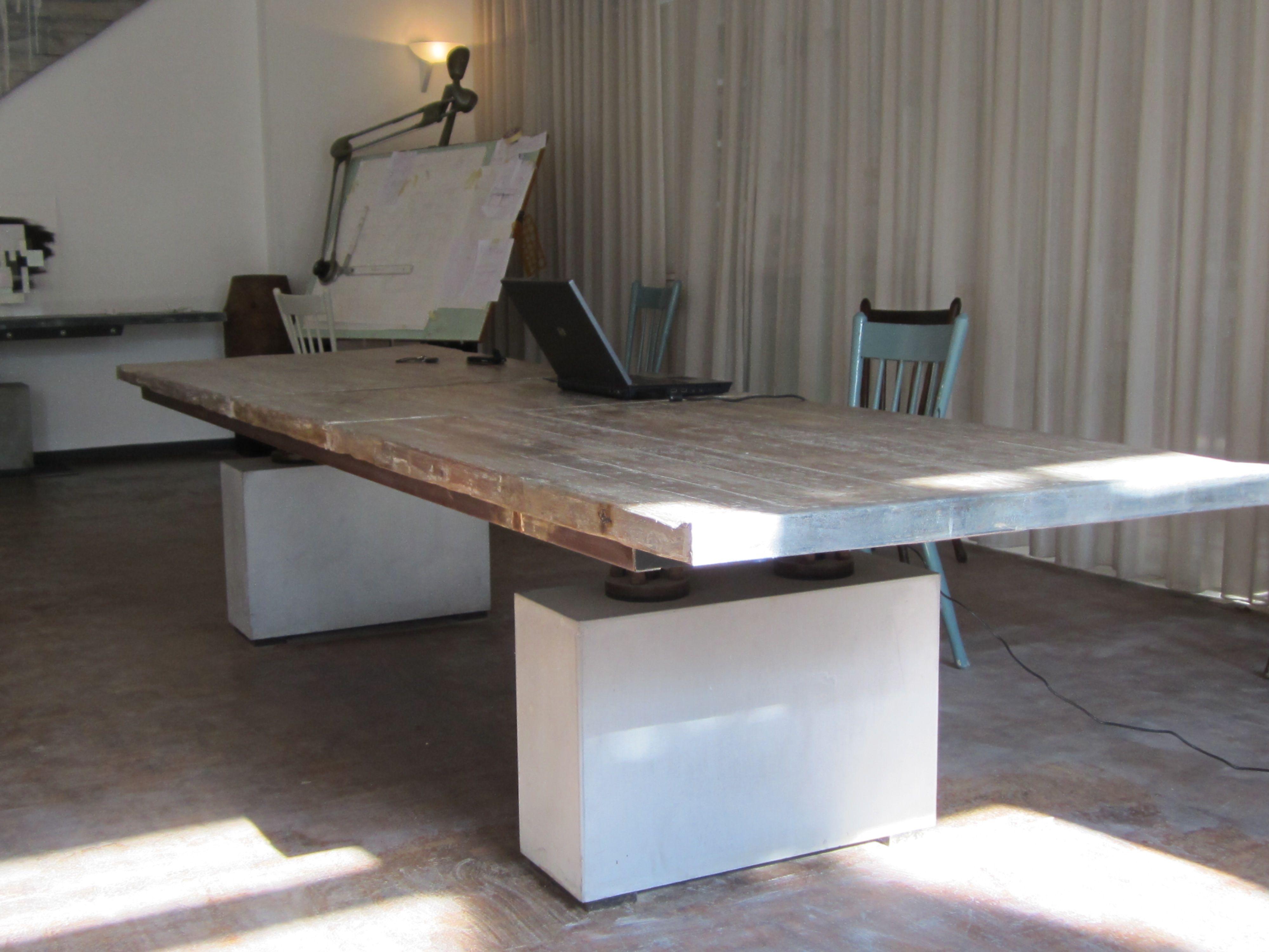 lange tafel, 3.5 meter, met betonnen kolommen van Rob