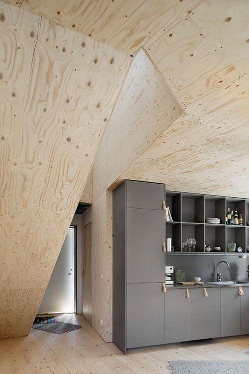 donkergrijze keuken gecombineerd met multiplex interieur inrichting