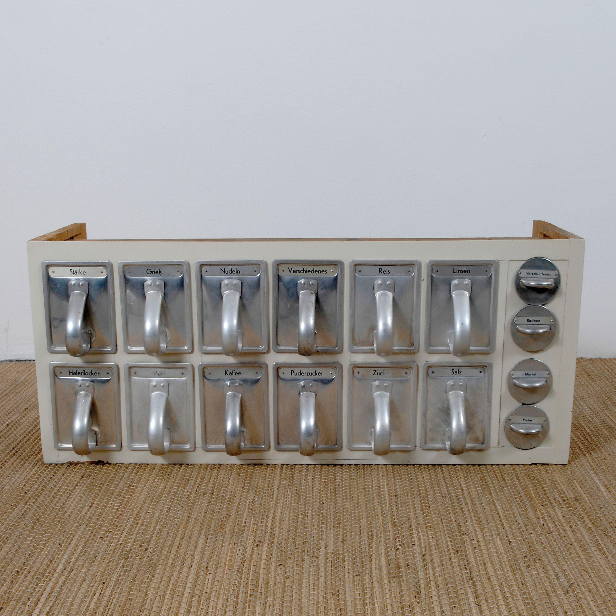 sch ttenregal aus der 39 frankfurter k che 39 keuken. Black Bedroom Furniture Sets. Home Design Ideas
