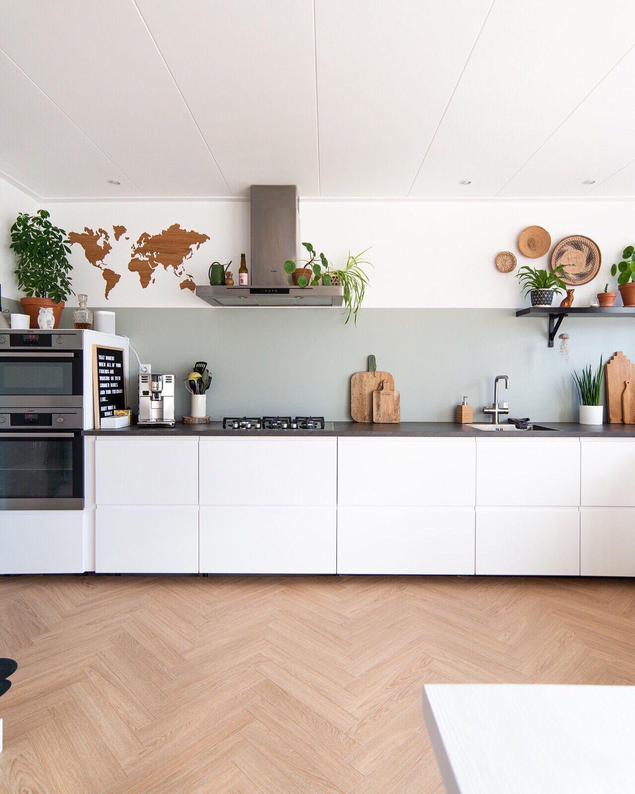Warme visgraat vloer in bohemian witte keuken