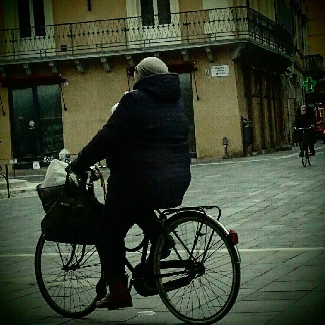 In Pista. Ciclabile. #inpistaciclabile  #bicicletas #bicicletta #bici #pedalare #natura #nature  #pedalare #pedalandoefotografando  #green #pedalandoefotografando #igimola #igitaly #ig_imola #igitalia #igemiliaromagna #ig_emiliaromagna #bicile #ciclyng  #ig_emilia_romagna #cicle #ciclo #cicloturismo #cicloreporter #bologna #yallersemiliaromagna #igbologna #bologna #hdr #hdrphotography #certocheconunaleica