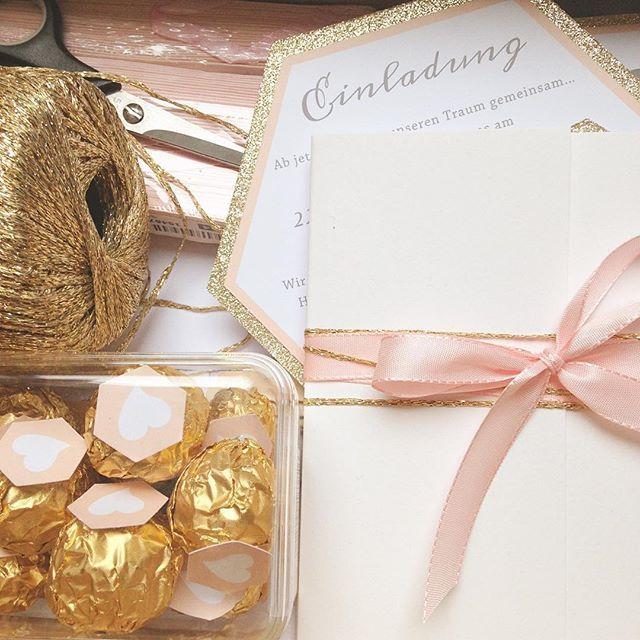 Ich packe meine sieben Sachen ... Jetzt geht's los zum Shooting mit @lichterstaubis am schönen Ammersee! Mit der schönen gold-rosé farbenen Papeterie zaubern wie wenigsten etwas Wärme an diesem ungemütlichen Oktobertag! #gold#rosé#papeterie#braut2016#hochzeit   Papeterie und Einladungskarten made by farbgold www.farbgold-design.de