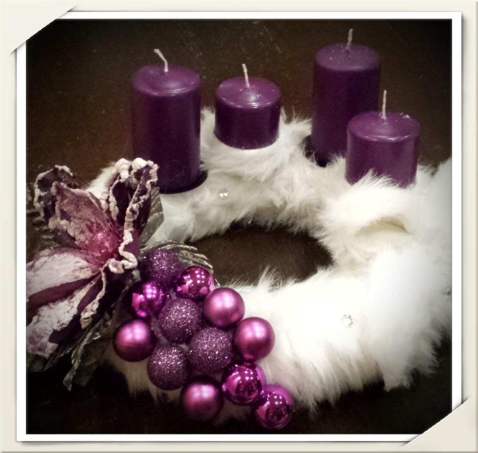 Adventskranz Puschelkranz aus Fellimitat mit lila Weihnachten Kranz  The post Ad…