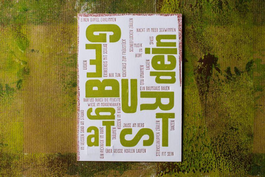 """""""dein GEBURTSTag""""-postcard, gedruckt auf  600gramm-Papier von Munken Lynx in cremeweiß. Die Großbuchstaben """"dein GEBURTSTag"""" wurden mit alten Holzlettern in Pantone 290 lindgrün gedruckt und der Wunschtext anschließend im zweiten Druckgang mit dem Klischee in Bronze eingefügt. letterpress manufaktur Salzburg"""