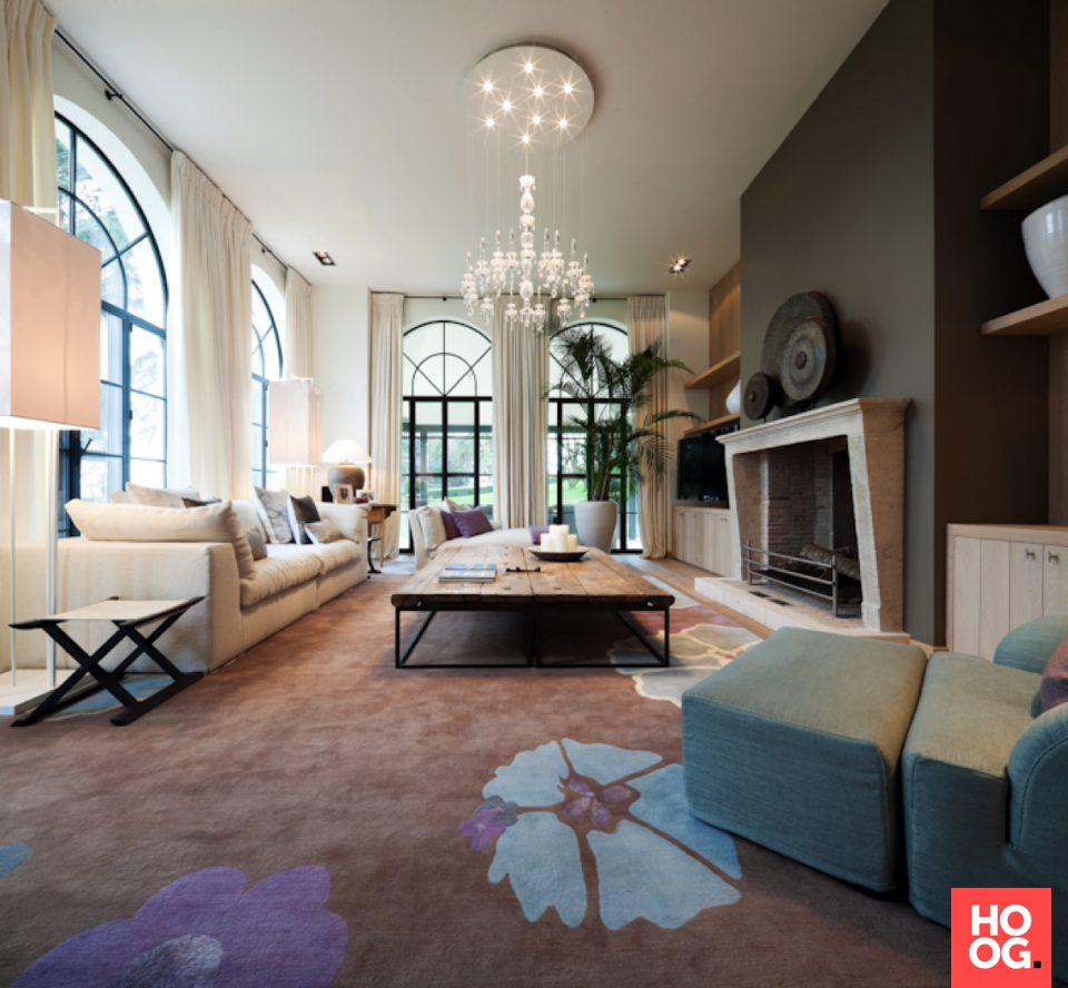 Modern landelijk interieur met luxe meubels en open haard ...