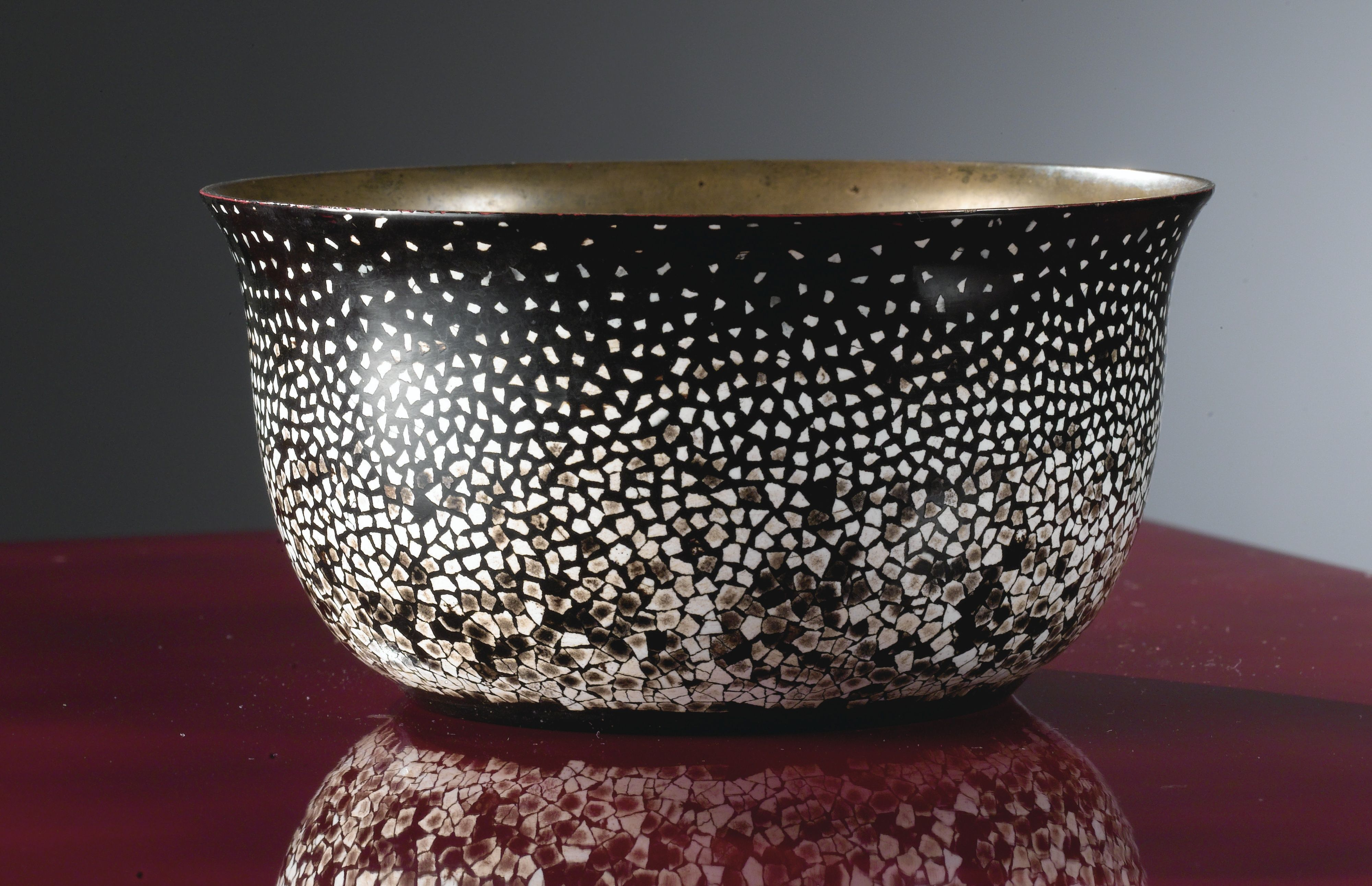 ATTRIBUÉ À JEAN DUNAND PETITE COUPE, VERS 1925 A BLACK LACQUERED AND EGGSHELL  BOWL ATTRIBUTED