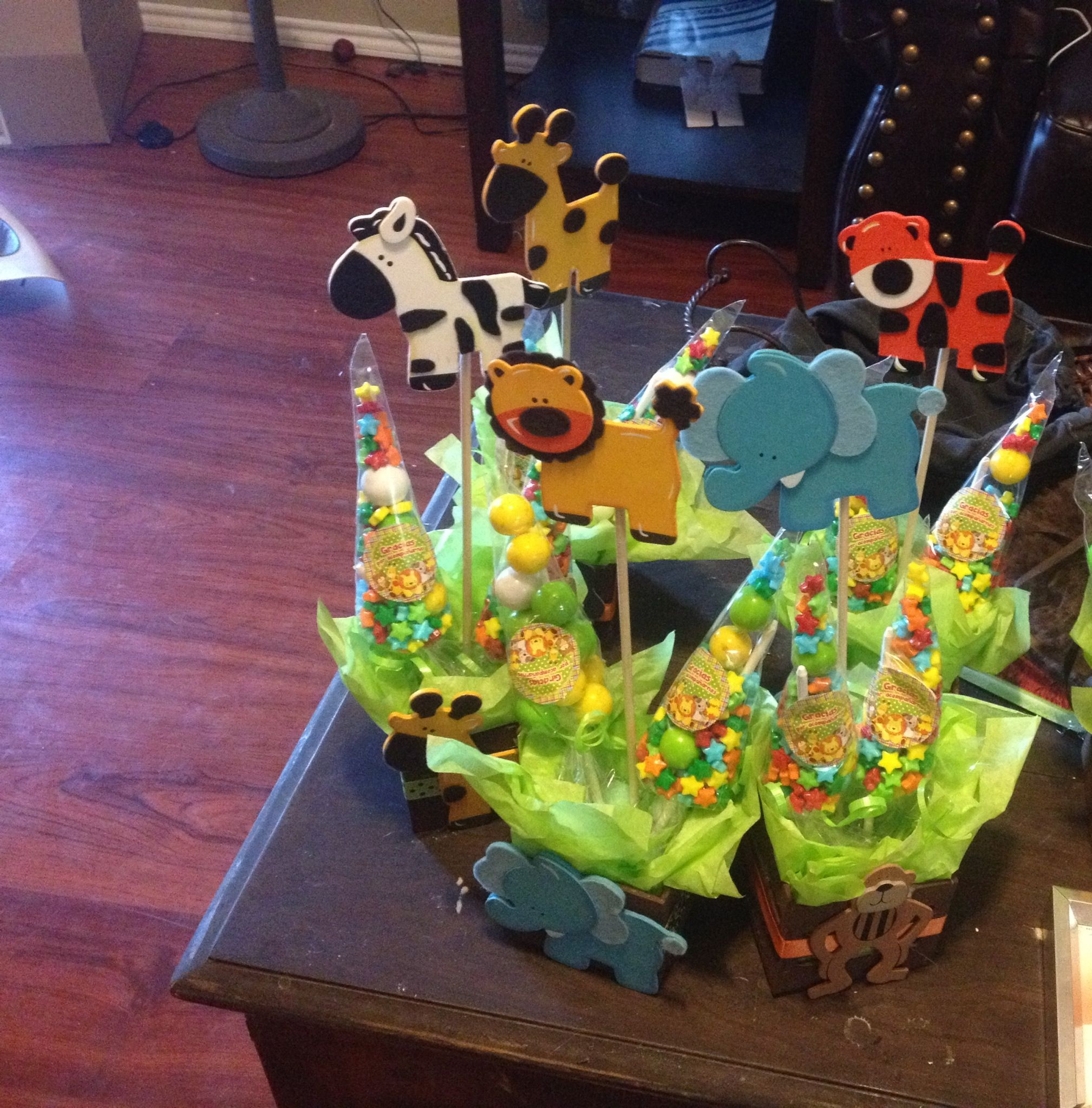 Jungle theme baby shower centerpiece the flower and the for Baby shower decoration safari