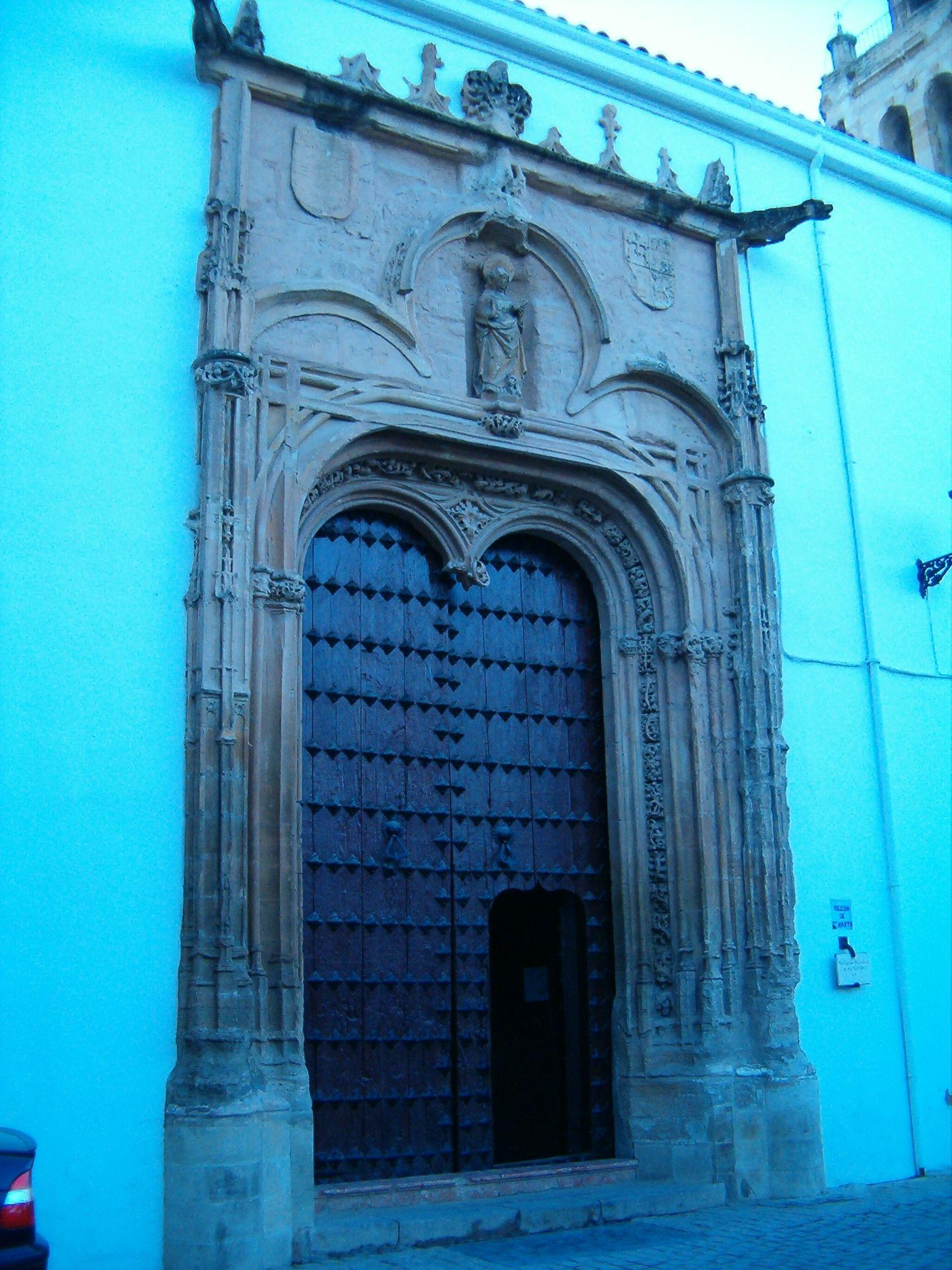 puerta principal de la parroquia de Santa Marta
