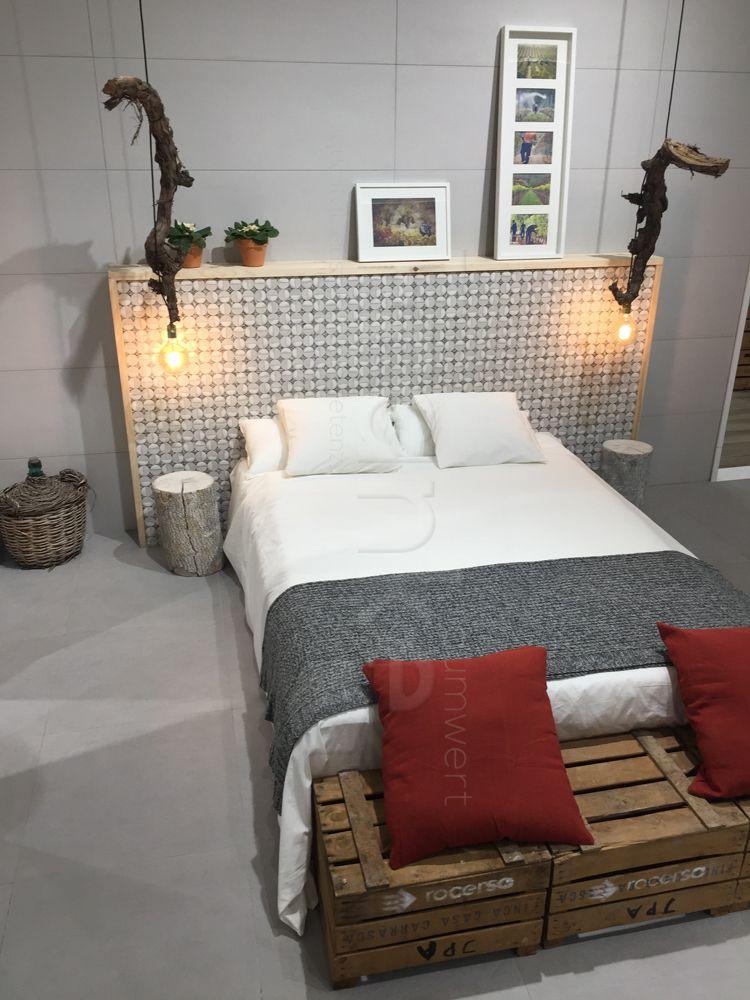 Gestaltungsidee Für Ein Schlafzimmer. Verschiedene Materialen Wie Holz,  Fliesen, Korbgeflecht. #Fliesen