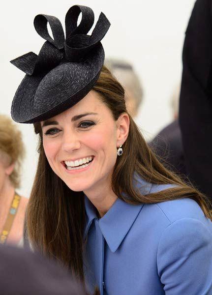 La Realeza De Europa Desembarca En Normandía Duquesa Catherine Sombreros Y Tocados Tocado De Plumas