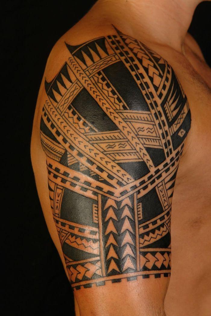 tatuajes hombro hombre de perfil tatuaje maori en medio brazo