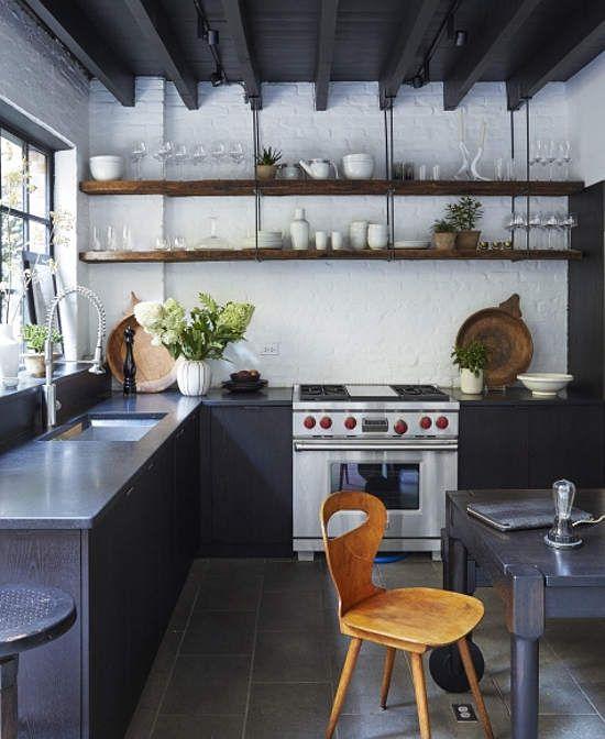 Cocina abierta a patio exterior con puerta de cuarterones for Cocinas para patios