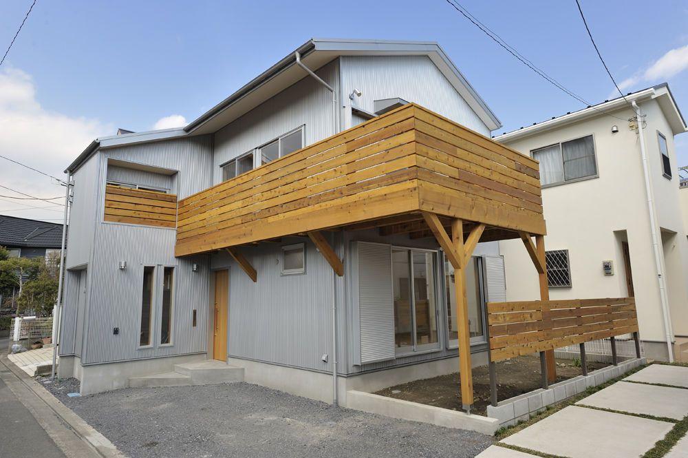 外部仕上げはガルバリウム鋼板貼りとして壁 屋根共にシルバー仕上げ