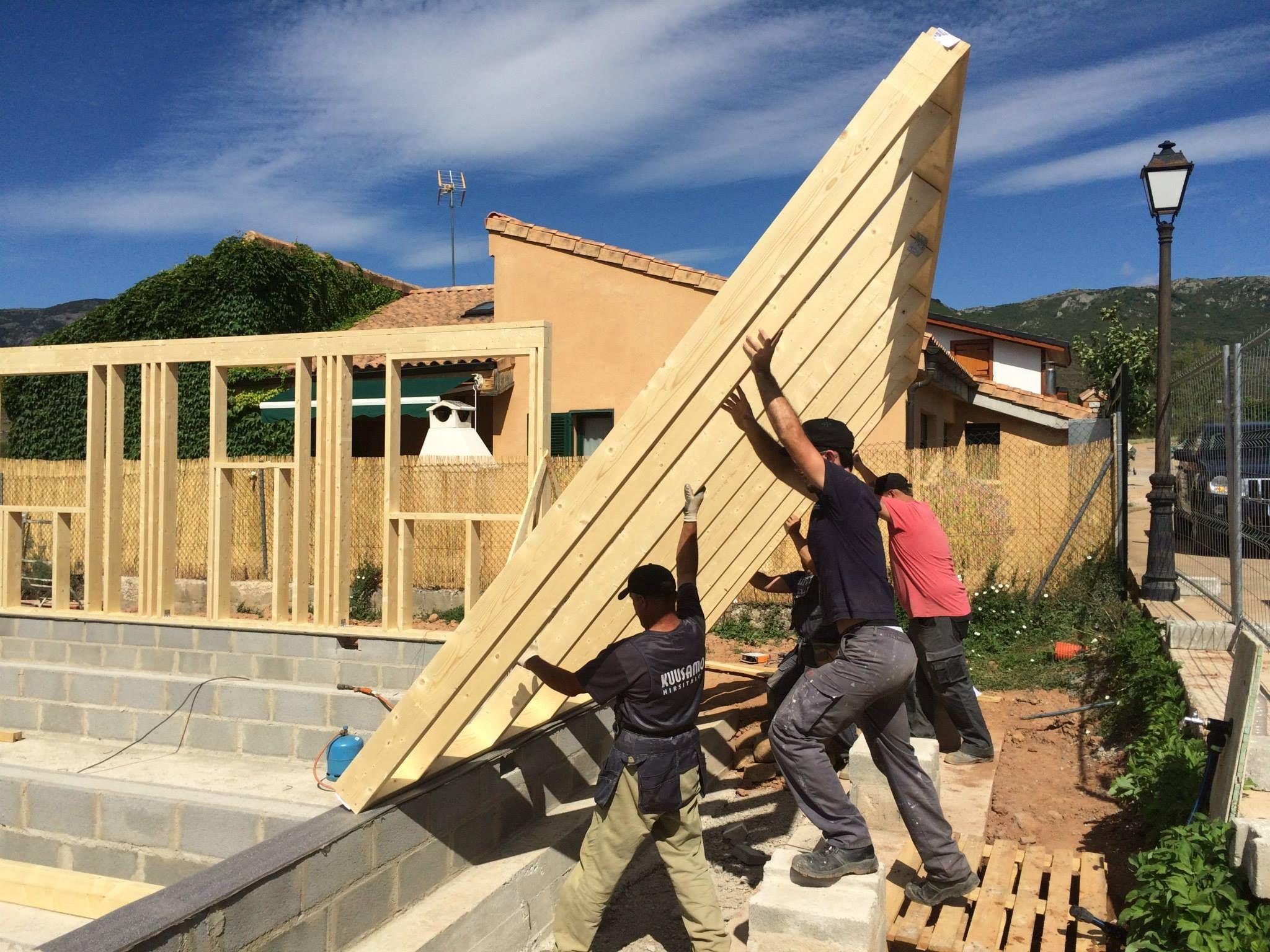 Izando muro de fachada casa con estructura de madera - Estructura casa madera ...