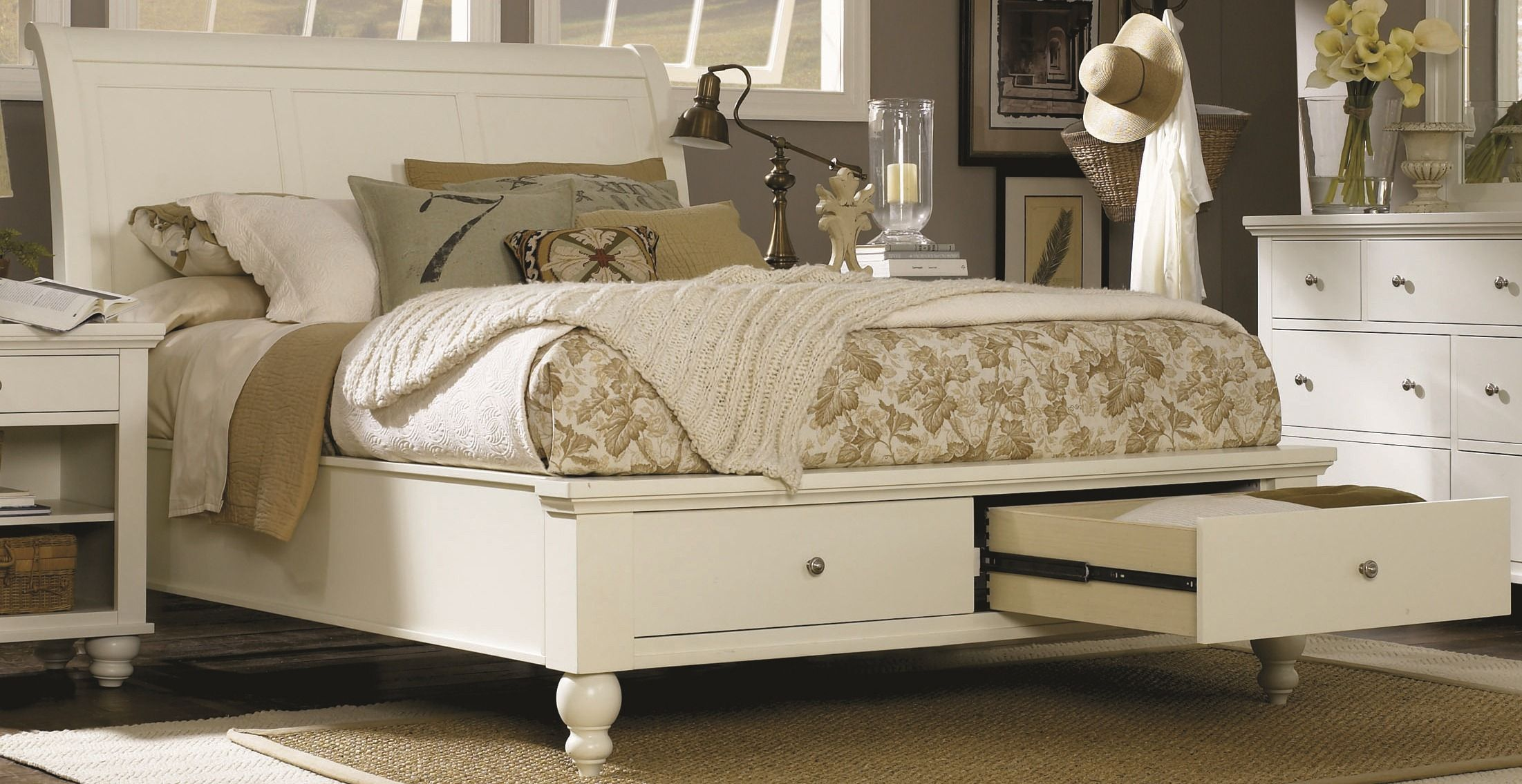 Teenage Bedroom Cambridge Eggshell Queen Bed With Storage