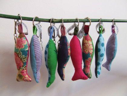 Porte cl s poissons en tissus activit manuelle couture sewing sewing et puppet toys - Fabriquer un porte clef ...