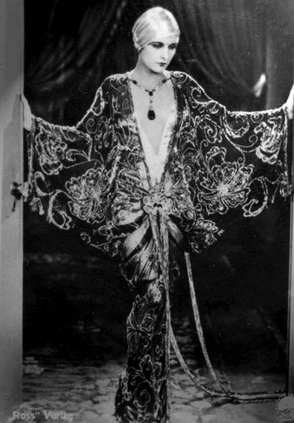 Evelyn Brent in an evening gown [600 × 862] 1920s