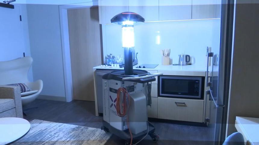روبوت لتعقيم الغرف باستخدام الأشعة فوق البنفسجية