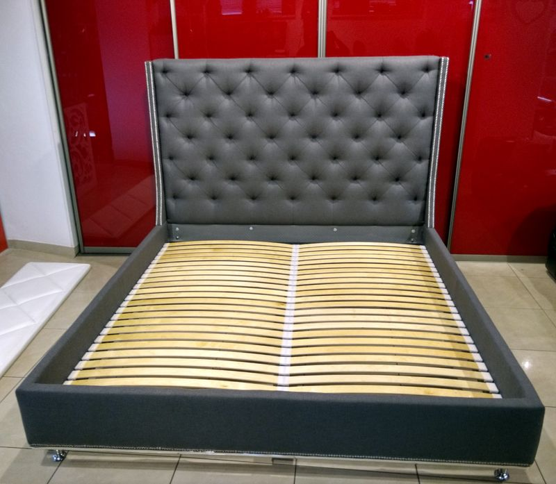 Tapicerowane łóżko Pikowane Z Ozdobnymi Chromowanymi