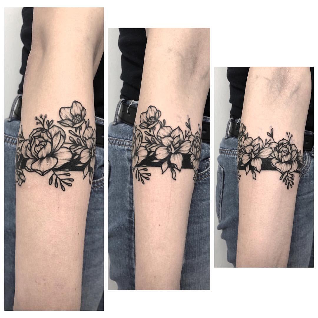 """ŁAPI ŁOPI on Instagram: """"Kwiatkowska obręcz 🤪 #flowers #band #dots #dotwork #blackwork #blackink #blacktattoo  #tat #tatted #tattooidea #tatuaz #tattoo #tattoos…"""""""