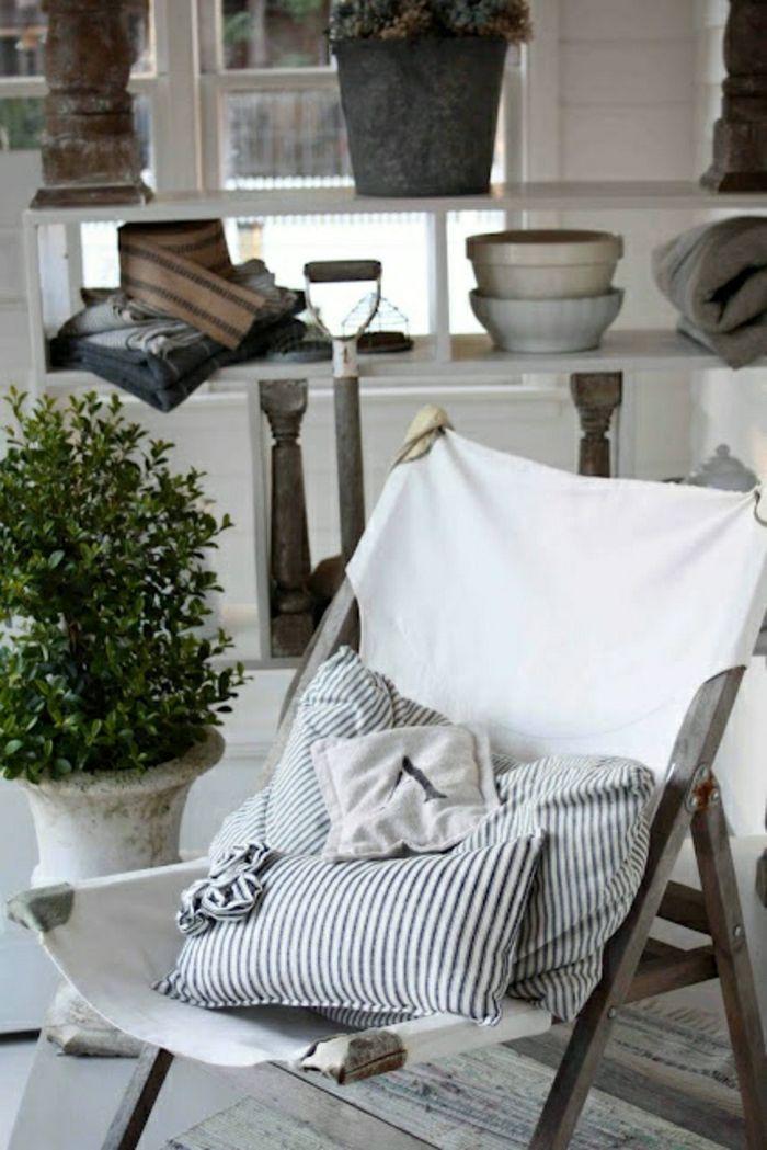 Une Chaise Pliante En Bois, Chaise De Style Marin, Inspiration Pour  Aménager Votre Maison