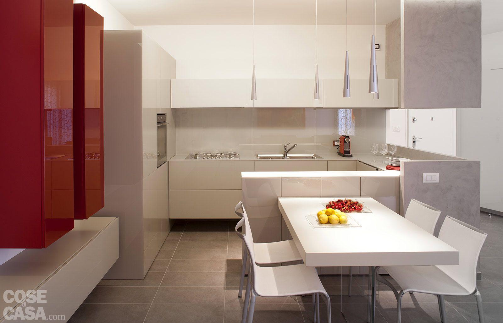 Piccolo soggiorno con la cucina open space sulla sinistra cerca