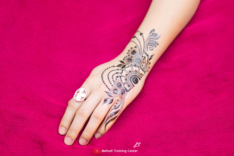 نقش الحناء تعليم نقش الحناء خطوه بخطوة للمبتدئين طريقه جديده وسهله في الحناء نقش الحناء 2020 Henna Hand Tattoo Hand Tattoos Hand Henna