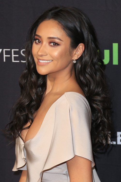 Shay Mitchell Shay Mitchell Hair Side Part Hairstyles Barrel Curls