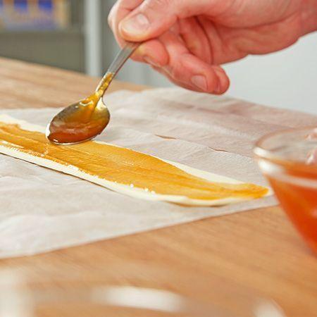 ..und mit Marmelade bestreichen #apfelrosenblätterteig ..und mit Marmelade bestreichen #apfelrosenblätterteig ..und mit Marmelade bestreichen #apfelrosenblätterteig ..und mit Marmelade bestreichen #blätterteigrosenmitapfel