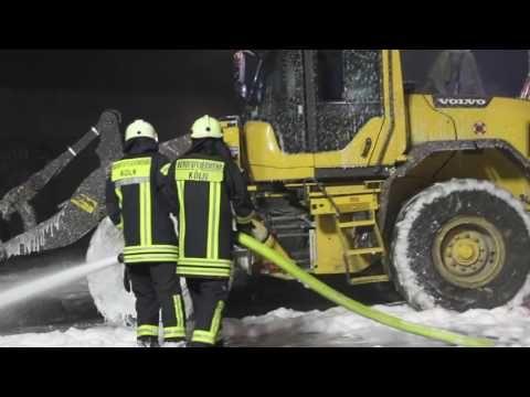 """[GROßBRAND in einer Recycling Anlage] Kölner Feuerwehr mit einem """"GORßAU..."""