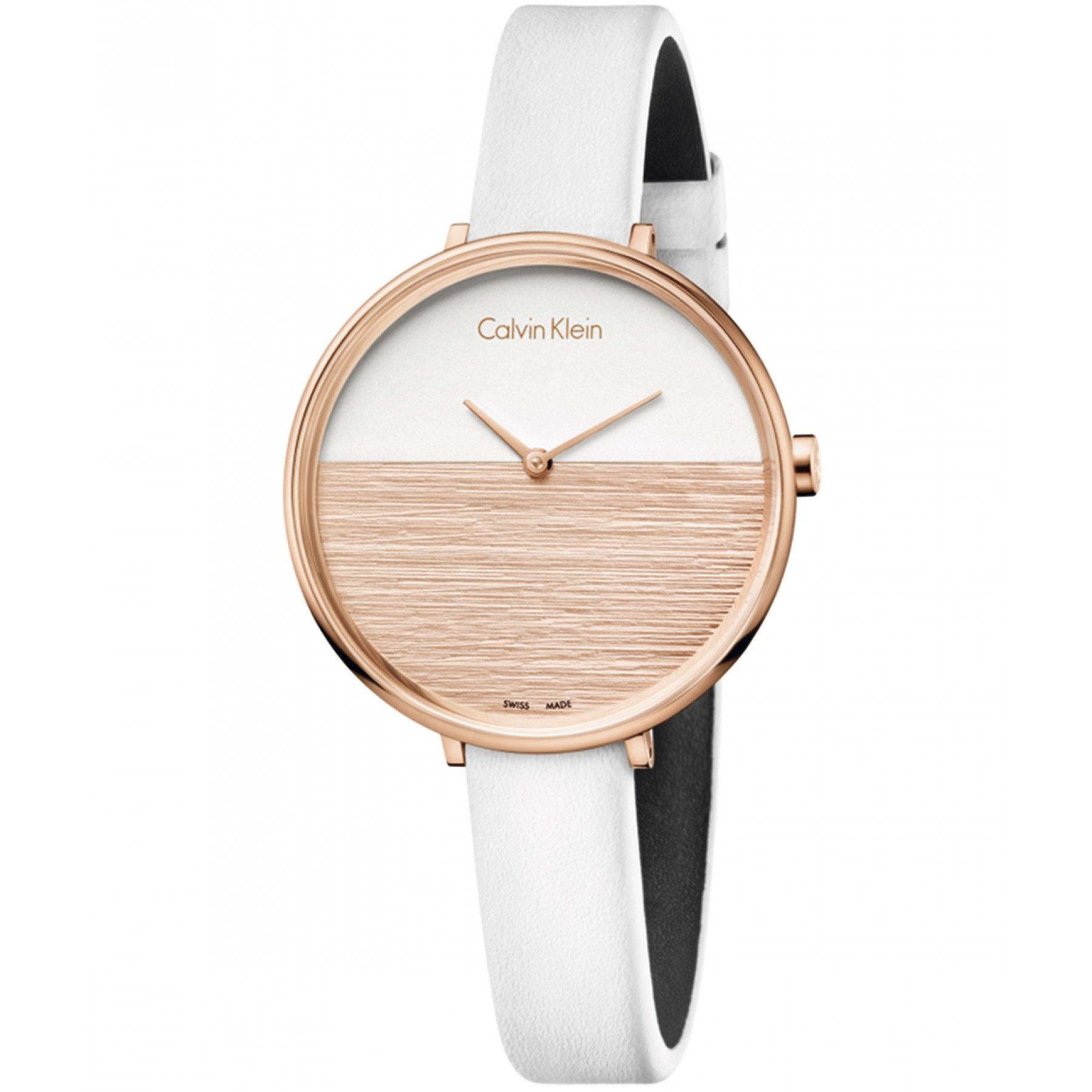 524ed5c8b95d Reloj Calvin Klein con caja y bisel de PVD en acabado rosado extensible  tipo correa de piel color blanco y carátula bicolor  movimiento ETA.