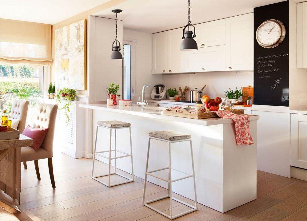 Cocina con muebles en blanco con gran península prolongada como ...