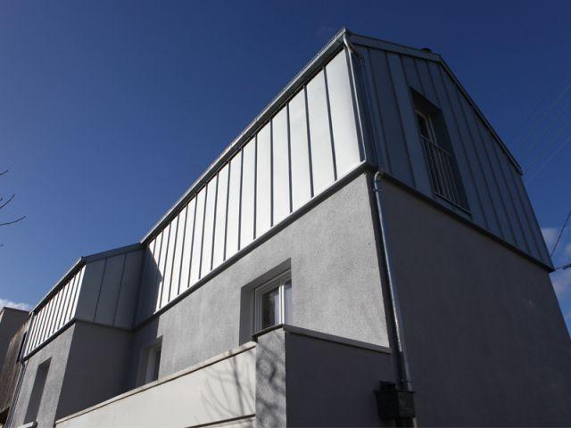 Une surélévation zinc transforme une maison rennaise charpentes et