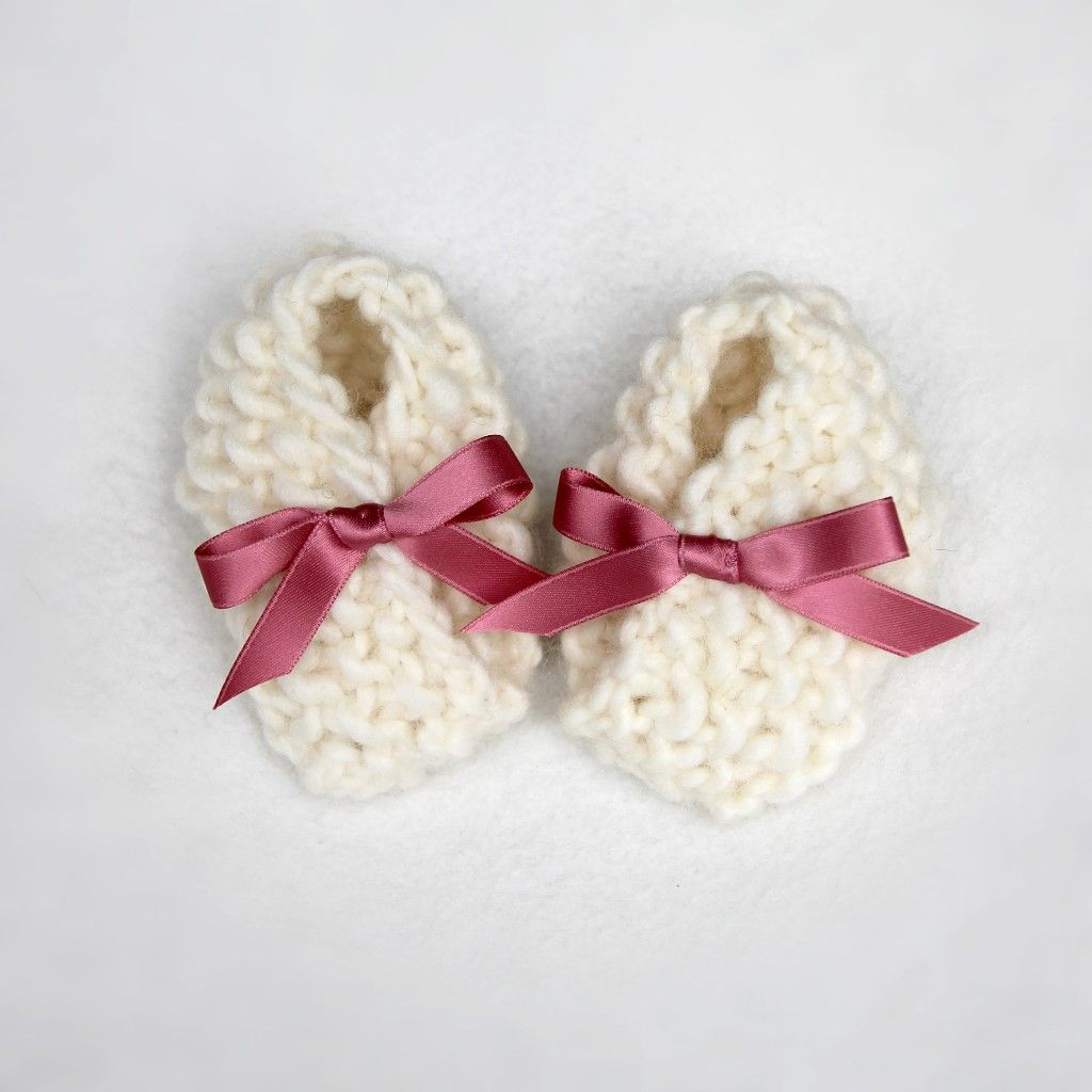 Wool knitted white baby booties, handmade diy with pink satin bow. Strikkede babytøfler / babysokker i hvit, norsk ull med gammelrosa sløyfe av satengbånd fra Søstrene Miljeteig.