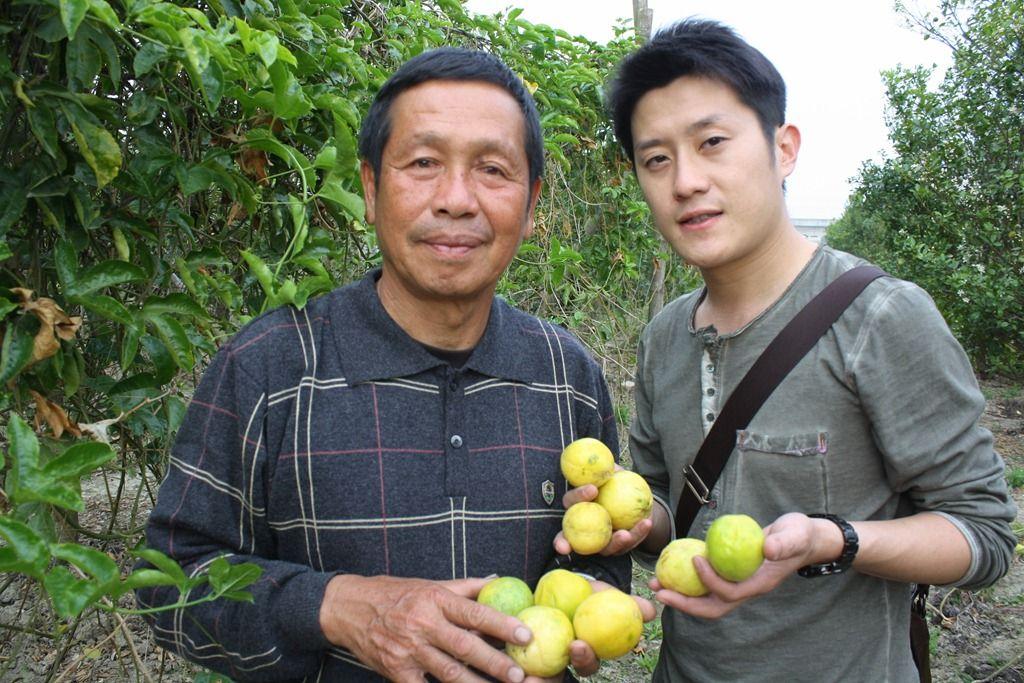 兒子陳柏樟(右)從小接受父親環保意識薰陶,長大後也回家幫忙家中事業。果園中的黃皮百香果是台灣少數還有栽培的品種