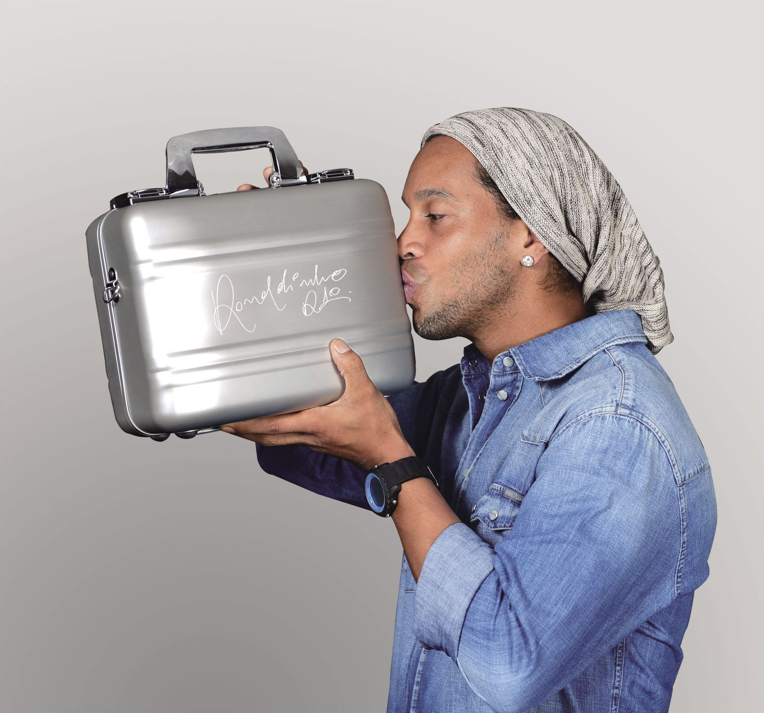 In collaboration with our Global Brand Ambassador, Brazilian Soccer Star Ronaldinho, this Limited Edition Ronaldinho Camera Case Set enables you to carry your DSLR Camera with style and confidence.