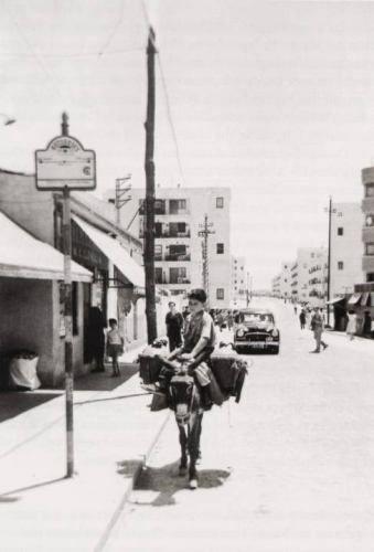Un aguador por la calle Martínez de la Riva (Vallecas). Año 1958