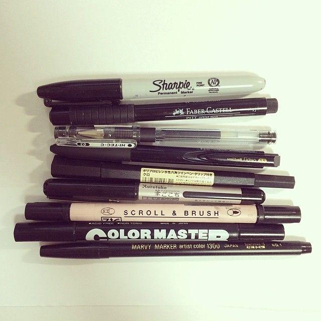 よく使ってるペンは?という質問を頂くので、チラッと日頃お世話になってる仲間たち。  近所の文房具屋でも買える基本安いペンを使ってます〜高くて二百円。筆圧が強くすぐインク切れちゃう(°_°)←特にこだわり無し  写真は全部黒ですが、それぞれのメーカーの色を全色、細い太いを念のため全部買って描いてます(´・_・`)←不安症なだけ
