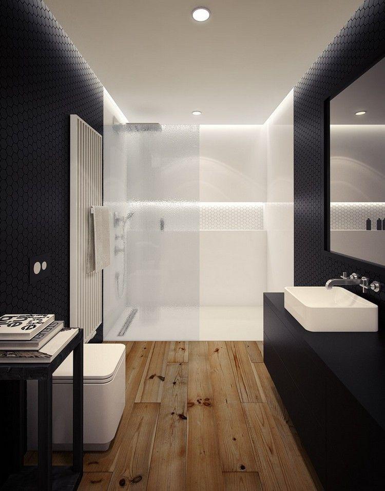ebenerdige Dusche mit Glaswand in Weiß durch Beleuchtung betont ...