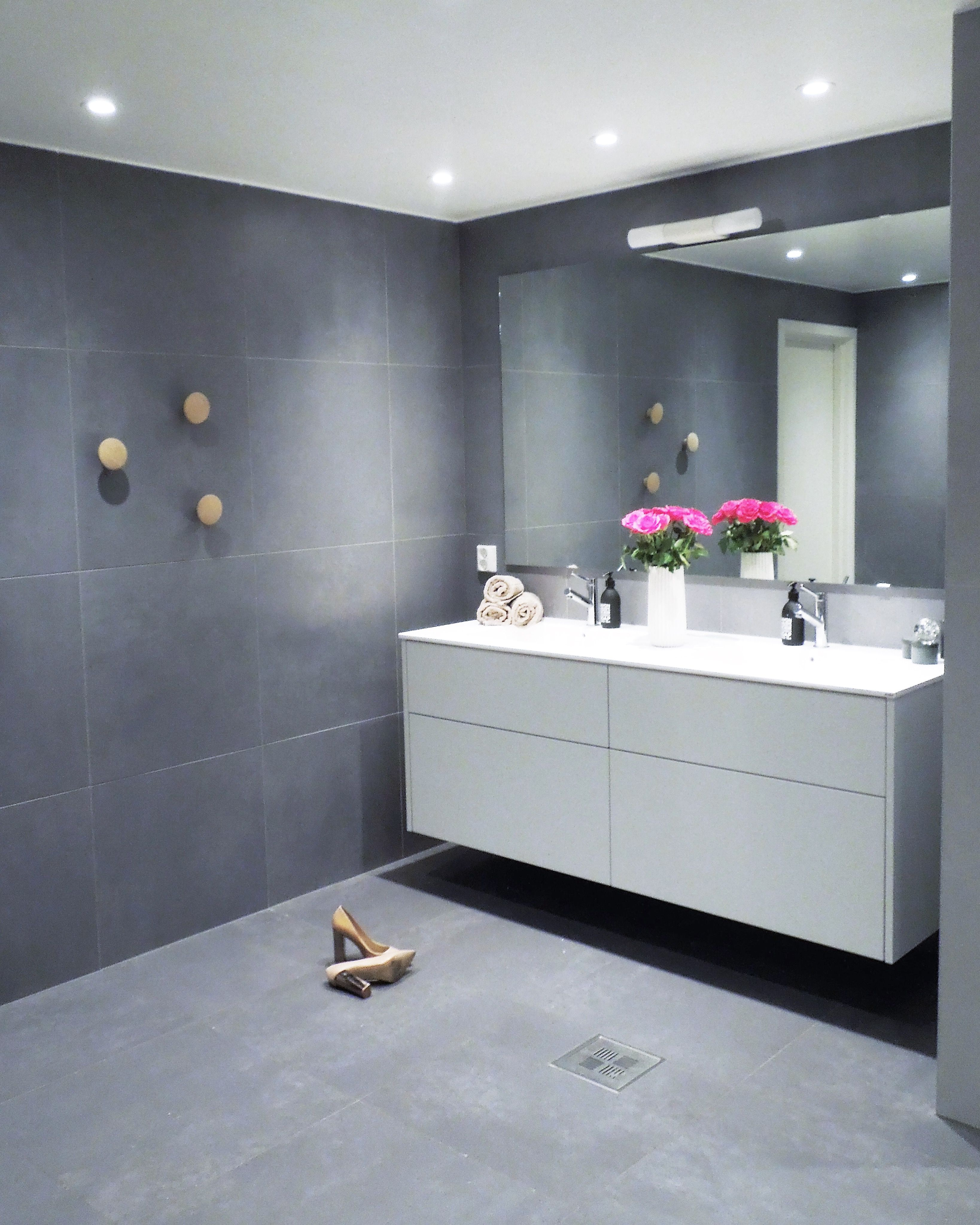 How To Create A Greyscale Bathroom: IG: @frutanem #bathroom #minimalism #nordic #interior
