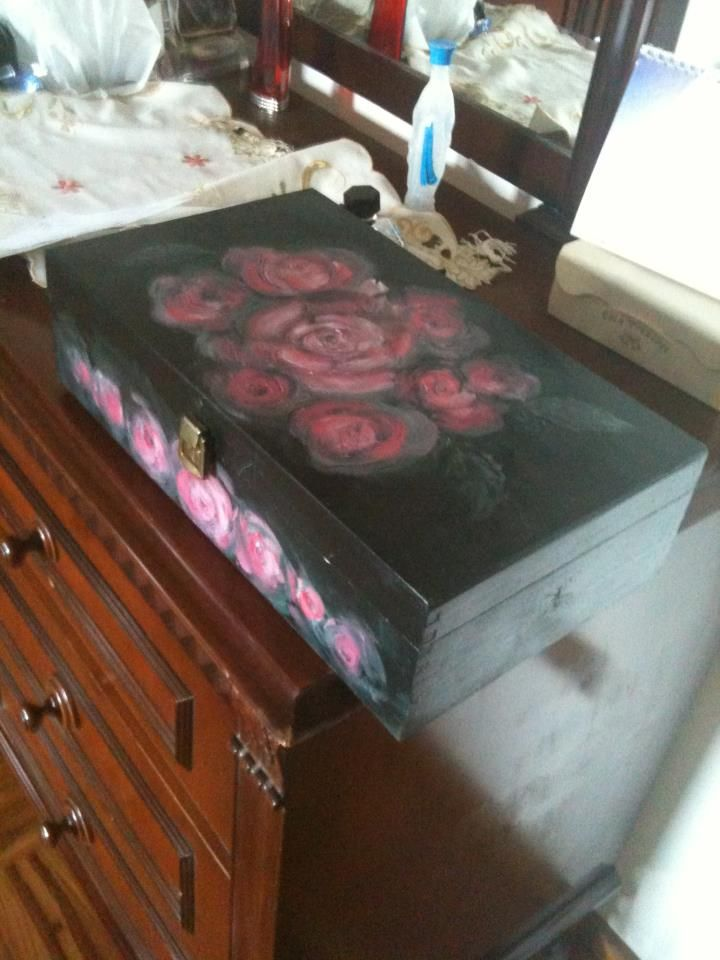 Hot to transform an old wooden wine box in an artwork.  Dark green color for the background and after I have painted roses in impressionism style...all with acrylic.  Finished with ransparent varnish on all surfaces.