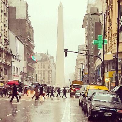 fotosdebuenosaires:  Así estamos #avenidacorrientes #obelisco #buenosaires #argentina #locallens #instagramers #picoftheday #igersbsas #daylife #travel #loves_buenosaires (en Obelisco - Plaza de la República)