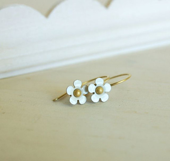 tiny white flower earring dainty daisy vintage by jewelryvixen  #etsyfind #chaoscurators