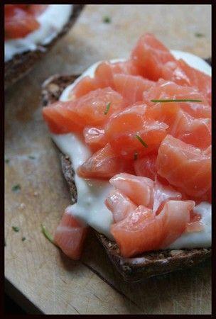 Tartine au tartare de saumon sur lit de faisselle
