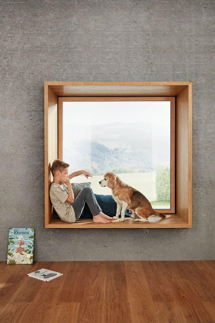 Dieses gemütliche Sitzfenster mit breiter Fensterbank lädt zum Verweilen im Wohnzimmer ein. Entspannte Stunden warten auf dich in der Fensternische. In der Außenansicht unterscheidet sich das Sitzfenster zu normalen Fenstern nicht.