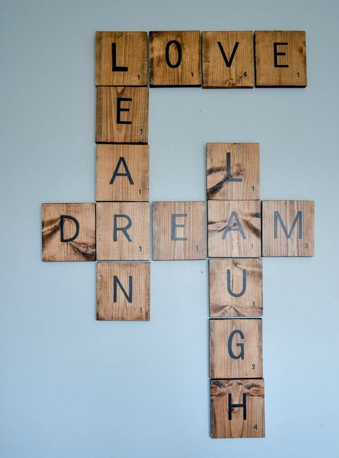 16 Wood Wall Decorations To Add Warmth To Your Home Doe Het Zelf Wanddecoraties Scrabble Muur Kunst Aan De Muur Diy